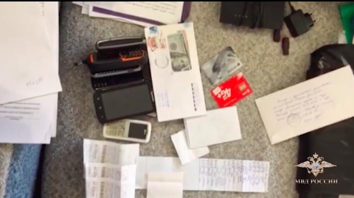 俄羅斯警方搜出大量以假名申請的銀行提款卡及電話 Sim 卡。