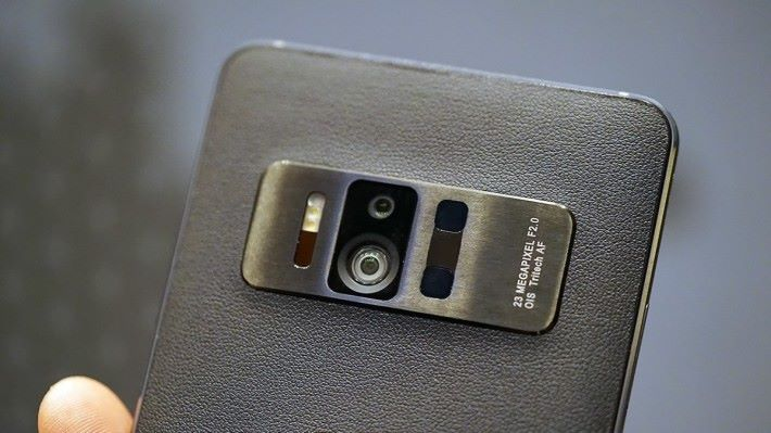 手機的重點其實是可對應分析景深、色彩等資訊的相機系統。