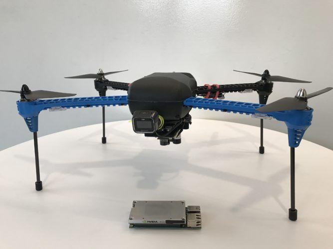 所用的只是一般的無人機,下面的小鐵塊就是 Nvidia Jetson TX1 嵌入式人工智能模組。