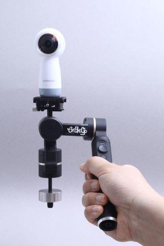 運用雙塔式設計,令手柄在大多數情況下都不會遮擋 360 全景鏡頭