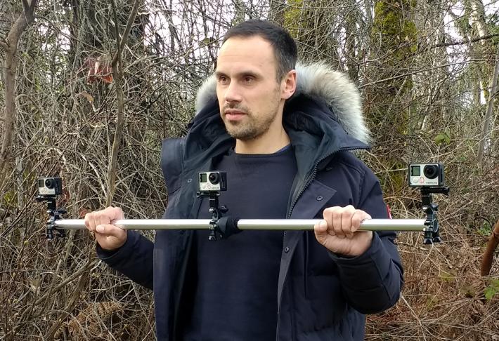 開發人員把三部 GoPro 裝在一支橫槓上,拍攝了一段在 13 公里小路上行走的片段,加上另一條片段,就讓人工智能學會自己找路,比起過往需要大量學習資料省去不少工夫。