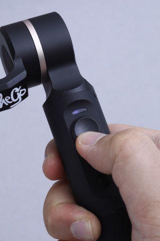 手柄上的方向桿可以控制鏡頭的旋轉和微調傾側