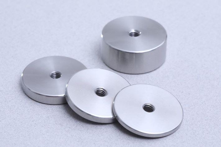 附手柄附有 4 塊不同重量的法碼,按扭到螺絲軸上的高度來調整鏡頭平衡。