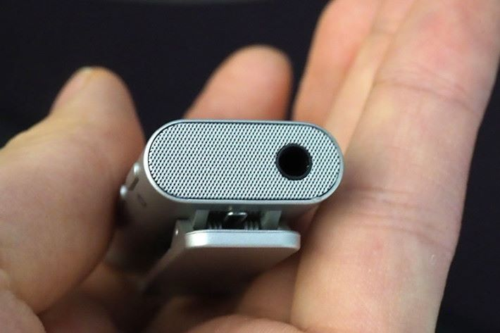 迷你揚聲器,讓用家可以在沒有接連耳機的情況下都可以使用免提功能。
