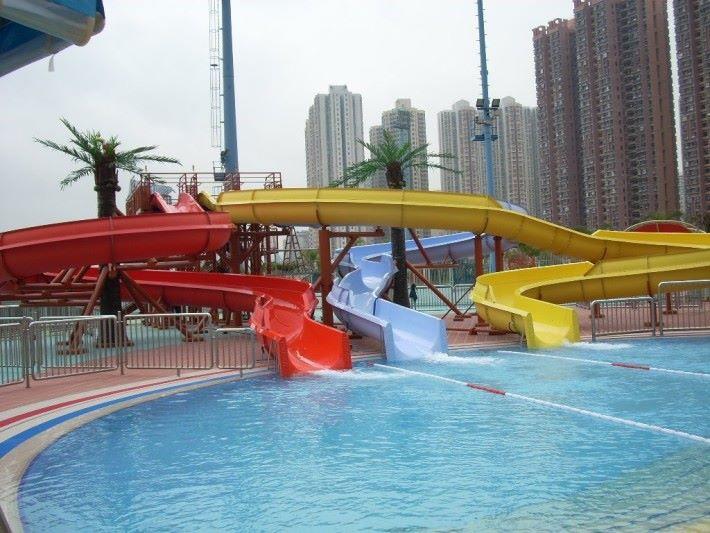 滑梯在泳池使用,便能為使用者帶來更涼快的感覺。