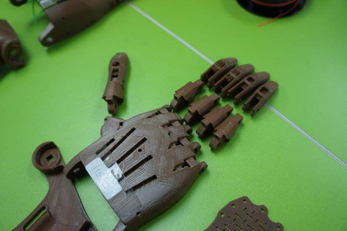 通過設計後,可用立體打印製作義肢,但需手動打磨調整及穿針引線,每隻義肢安裝至少要兩小時或以上。