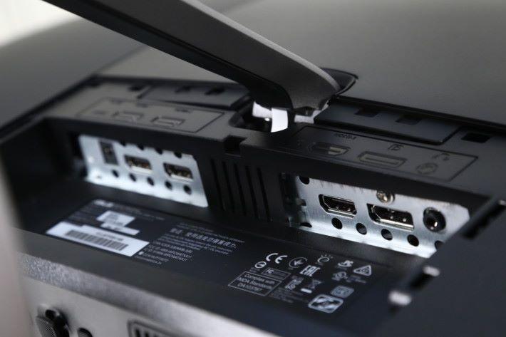 端子方面提供多達三組HDMI,方便接駁電腦、 影視器材及遊戲主機,特別適合多裝置用戶使用。