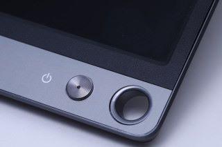 屏幕右下角設有一個小圓洞,用戶可把筆插入作支撐架,美觀之餘也具備實用效果。