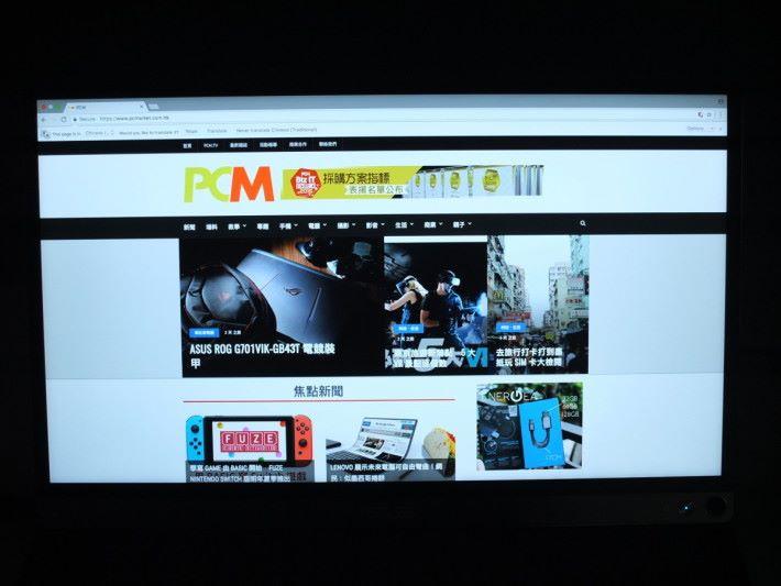若用來瀏覽網頁,圖片及文字顯示清晰穩定,畫面尺寸又比 13 吋以下 Ultrabook 清晰。