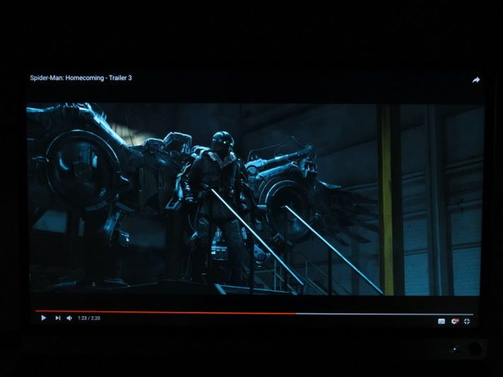 ZenScreen 的屏幕亮度不太足夠,觀賞電影會覺得畫面昏暗,幸好色彩及流暢度表現都合格。
