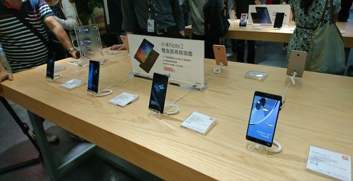 現場展出多款手機型號,不過旗艦級小米 6 手機要待七月中下旬才有。