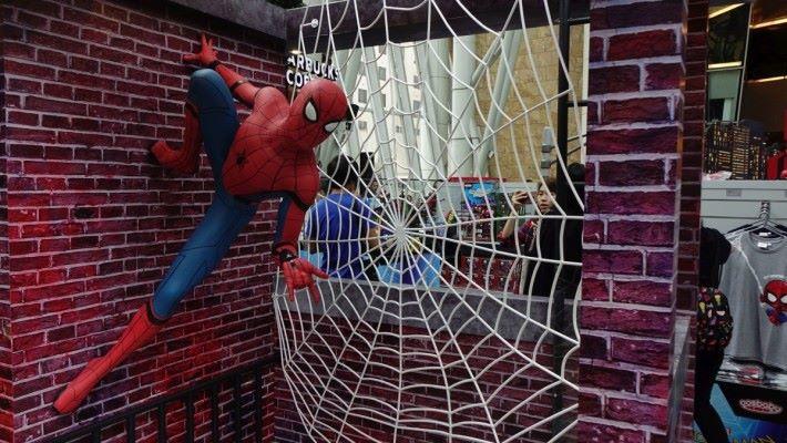 與 1:1 蜘蛛俠在紐約街頭合照