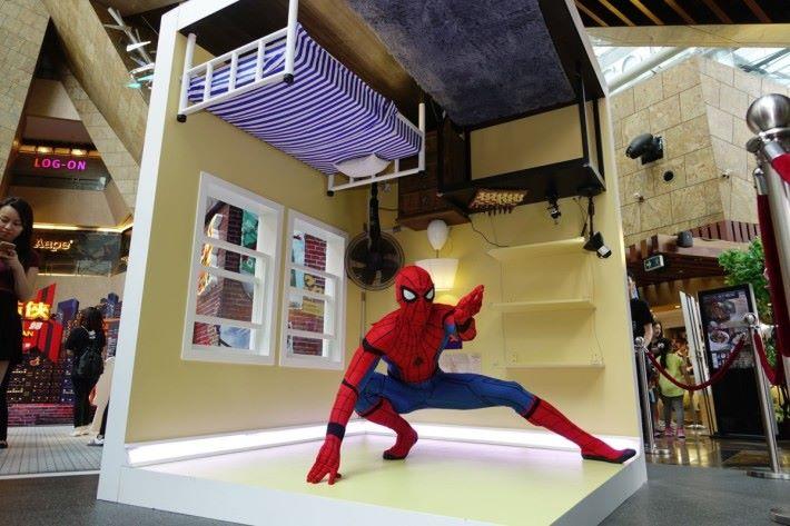 扮演蜘蛛俠倒吊在房中爬行