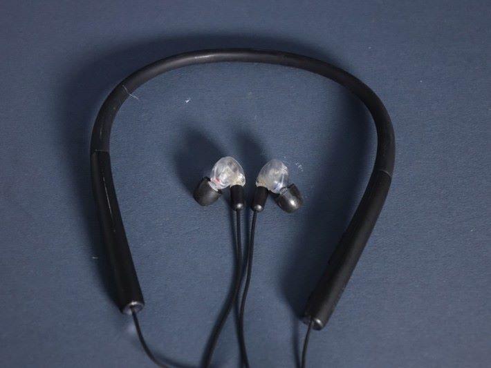 掛頸式設計與一般的藍牙耳機線有分別