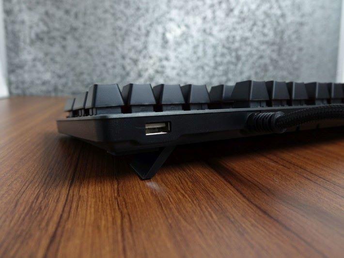 多出的 USB 端子可以用來充電,非常方便