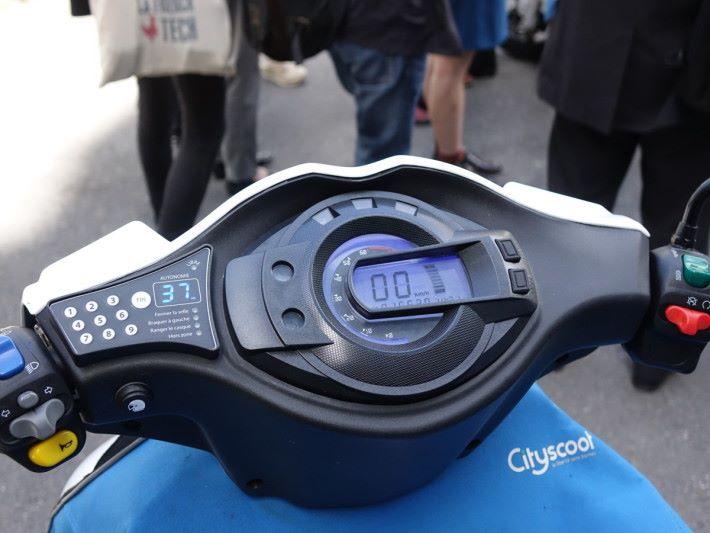 在左邊的數字鍵輸入智能電話程式上的密碼,便可為 Cityscoot 解鎖。