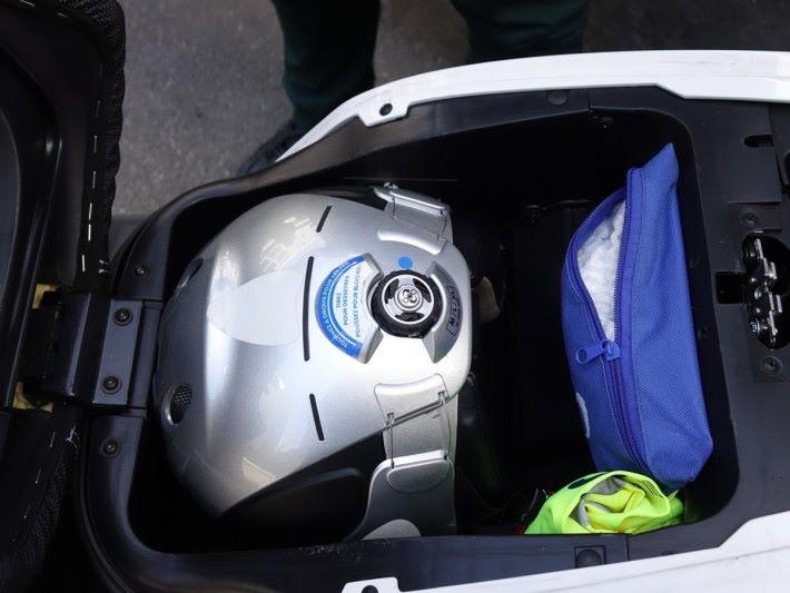 解鎖後可打開車輛,取出頭盔。基於衛生問題,旁邊的藍色小袋內有用完即棄頭套供應。