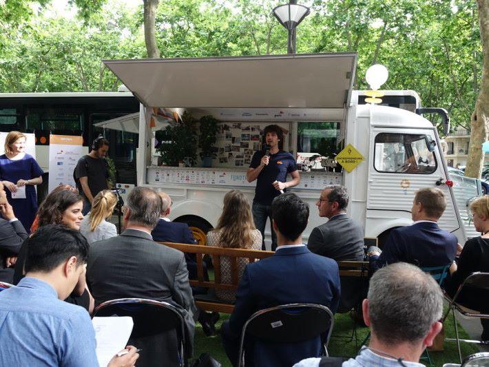 Fund Truck 隨時可在街頭路演。除了投資者,路人亦可加入當觀眾。