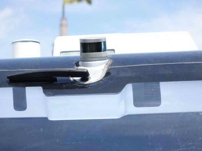 車上有 8 個感應器和 2 個鏡頭,探測周遭環境作自動駕駛。