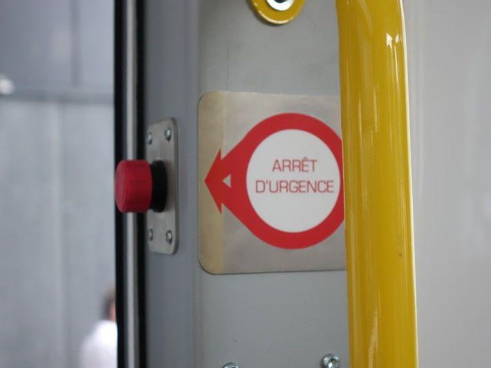 車內設緊急停車制,遇上意外可由人手即時剎停車輛。