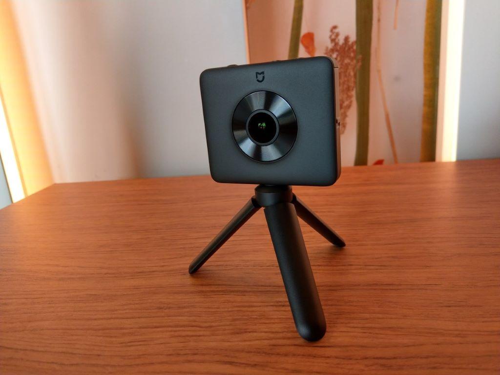 米家全景相機配備 2 個超廣角大光圈鏡頭。