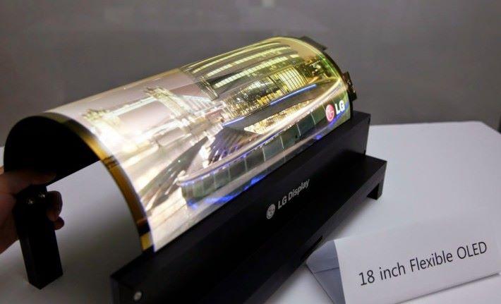 LG 去年在 CES 展出可捲起的螢幕,但還未能大量生產。