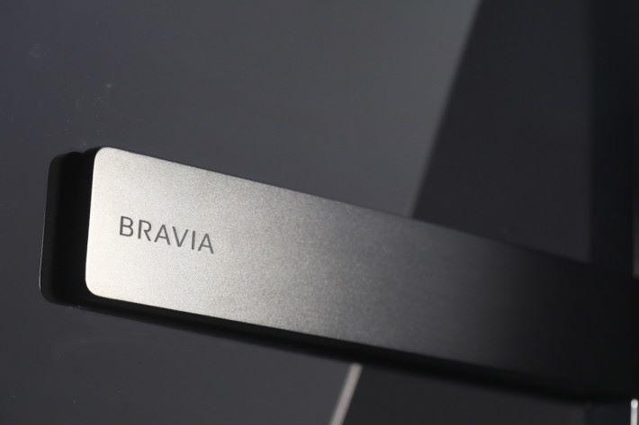 .Acoustic Surface技術將兩個震動器安放在屏幕玻璃背後,提供中、高音發聲,加上機座內置低音揚聲器,輸出比傳統平面電視大聲之餘,有如屏幕直接發聲。