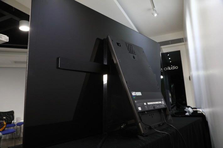 .由於要配合Acoustic Surface玻璃發聲原理,屏幕和機身以最少接觸面積聯繫,以供屏幕有足夠空間震動發聲。因此A1被設計像畫架一樣A字型座枱使用,連接HDMI至其他裝置也是在機座後進行。掛牆時,背後機座不能拆除,只能垂直接起,造成A1掛牆時會較突出,也失卻了薄身掛牆的意義。
