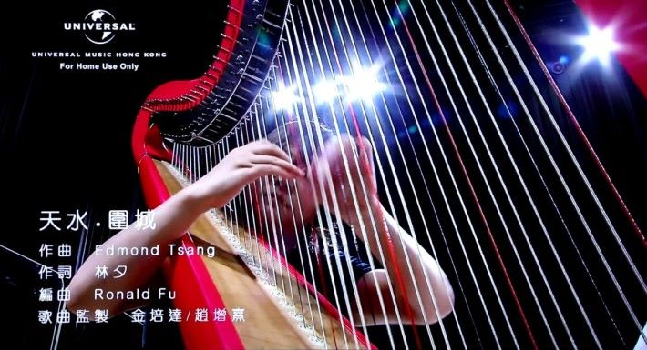.試播李克勤的Live版《天水圍城》,豎琴聲和李克勤的歌聲,在A1的內置喇叭上發聲表現,足以媳美2.1 Sound Bar。
