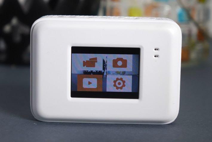 機背配備一個 1.5 吋 LCD 屏幕,方便進行各種設定。