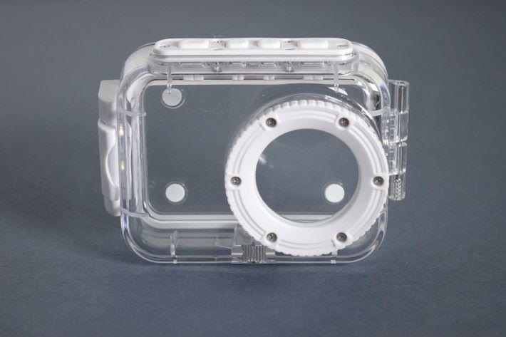 隨相機附送的防水殼可潛到水深約 12.1m(40ft)。