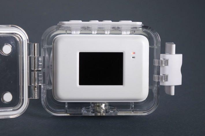 把相機放入防水殼,大小剛好,按鍵亦容易使用。