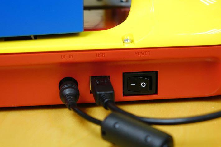 開關設於機背,接上電腦就可透過電腦內的軟件進行操作。