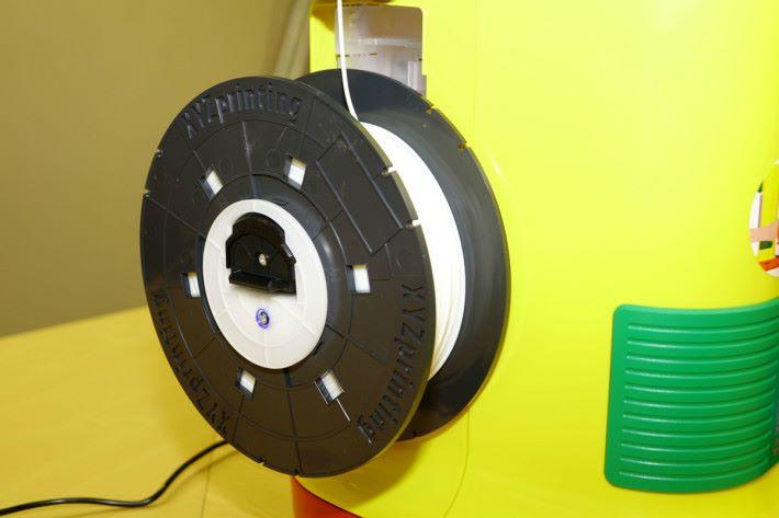 此機使用專用的 PLA 線材,透過軟件就可知道線材餘下的長度及打印時間等資料。