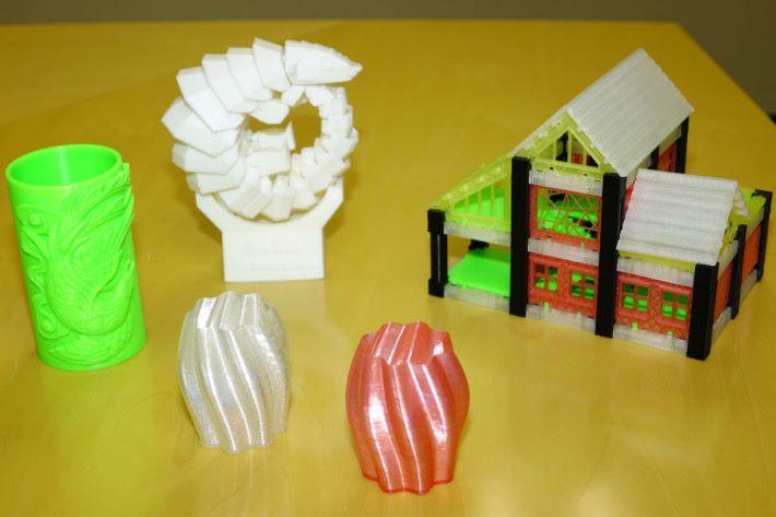 透過這部 3D 打印機,就可打印出各種具機動性的物品或擺設。