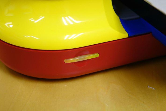 3D 打印機前方的顯示燈,告知其打印的狀態。