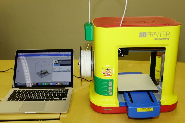 這部 3D 打印機體積比較細,方便用家放在家裡使用。