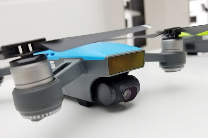 搭載了1/2.3 吋 12MP 感光元件,可拍攝 30fps 的 1,080p 影片,亦有 2 軸穩定功能,而且有 25mm 廣角。