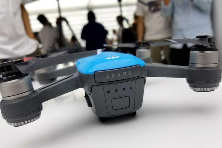 一枚電池飛行時間最多 16 分鐘。打開印有 Spark 字樣的背蓋即可插入 micro SD。