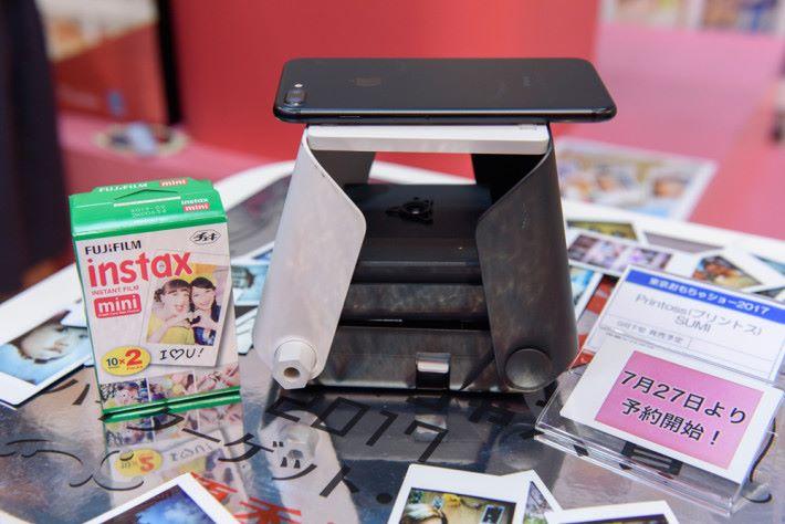 拍下照片把手機屏幕朝下擺放;用的是 instax mini 相紙