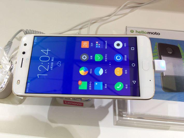 Moto Z Play 2 使用 5.5 吋 FHD 屏幕,5MP 前相機 備有雙色溫補光燈。