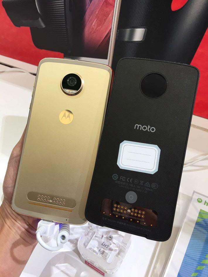 機背底部的接點就是用來同 Moto Mods 接合使用的接點。