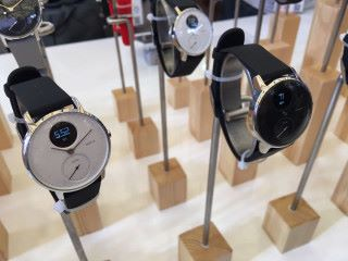 Steel HR 智能手錶以行針形式設計,具備心率監測功能,而錶面更有單色 LCD 用來顯示不同信息。
