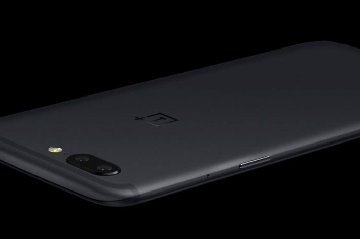 使用霧面黑機背,而且將天線位置放到機身頂及底部,加上雙相機擺位,以及前置指紋辨識,真的難免令人感覺與 iPhone 7 Plus「物有相同」。