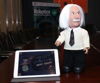 小愛因斯坦教授正好示範嵌入式人工智能,通過感應器收集環境資訊、用戶指令,並作出回應。