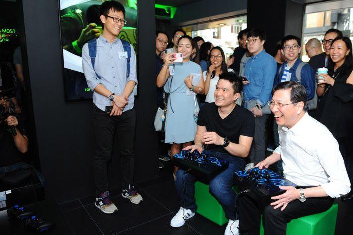 Razer聯合創辦人兼行政總裁陳民亮(左)與和記電訊香港控股執行董事兼行政總裁胡超文(右)更即場打機「過兩招」。