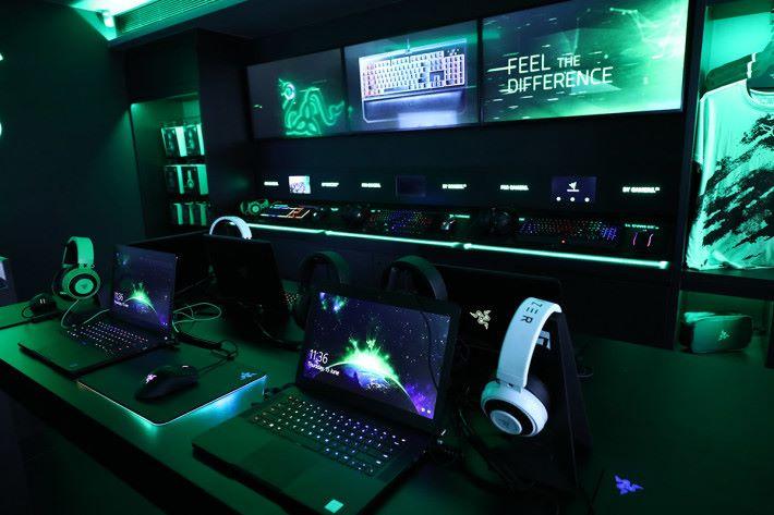 店內以 Razer 風格為裝潢主調,除了可試用各式各樣的鍵盤、滑鼠及 Notebook 之外,亦可入手 Razer 其他周邊產品,甚至是選購手機。