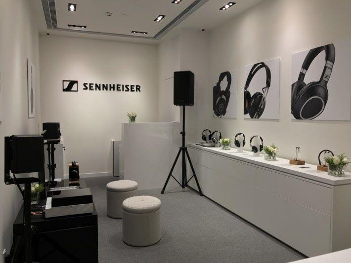 以白色為主的 Sennheiser 專門店,給人舒適和鬆弛的環境。