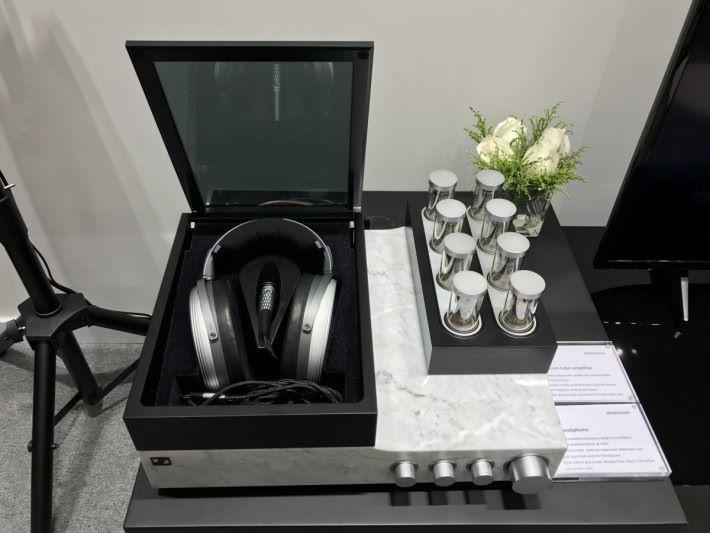 去年推出融合頂尖聲學與技術的 HE1 耳筒亦可試到。