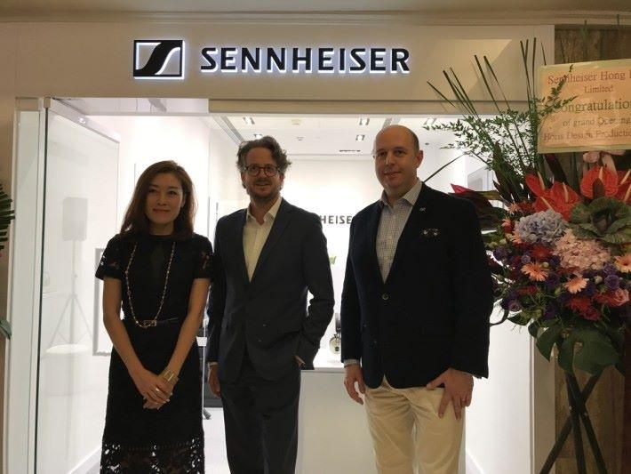 Sennheiser 首席執行官 Daniel Sennheiser(中)、大中華區董事總經理 Pierre Eloy(右)及大中華區品牌及傳訊總監 Ava Lin(中)主持專門店開幕儀式。
